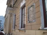 Pamiątkowa tablica zniknęła z gmachu przy placu Litewskim. Co się z nią stało?