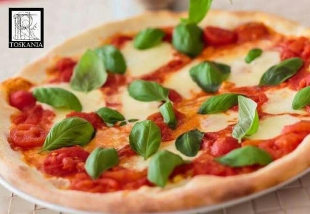 Pizza z mozzarellą, szarpaną wołowiną, pastą z trufli, szpinakiem i serem taleggio   Cena: 32 zł (do każdej pizzy festiwalowej mini panna cotta z musem malinowym w prezencie)