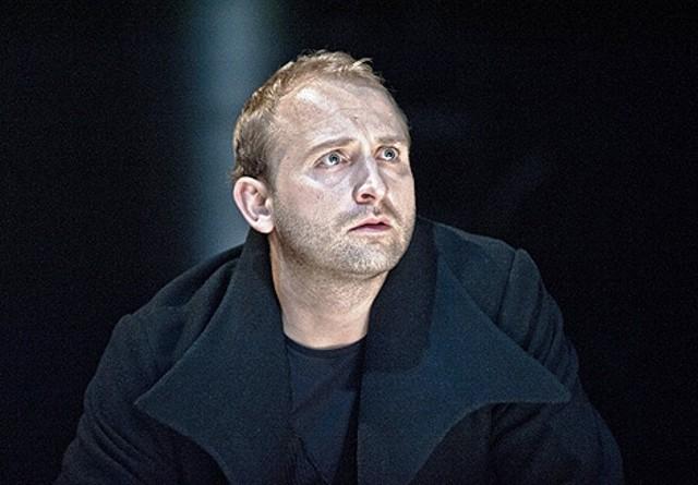 """Teatr Współczesny: """"Hamlet"""" Premiera: 2 czerwca 2012  """"Hamlet"""", najbardziej zagadkowa z tragedii Szekspira, wg Eliota - literacki odpowiednik Mony Lisy, daje pole do wielu, często rozbieżnych, interpretacji. Przez 400 lat realizacje sceniczne """"Hamleta"""" modelowano na obraz i podobieństwo kolejnych pokoleń, wyłuskiwano z tego arcydramatu najbardziej palące współczesnych widzów problemy, przymierzano go do najnowszych odkryć psychoanalityków (np. Freuda), czy hamletologów (np. Kotta). Może warto spróbować uwolnić go z narosłych komentarzy , oswobodzić z uzbieranych przez lata etykiet i ze spreparowanych interpretacji ? Przyjrzeć mu się na nowo?  Obsada: Borys Szyc, Andrzej Zieliński, Katarzyna Dąbrowska, Sławomir Orzechowski, Piotr Bajor"""