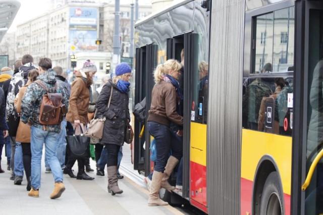 """Jeszcze dwa lata temu nieprzyjemny problem był rozwiązywany systemowo. W regulaminie Zarządu Transportu Miejskiego był przepis o pasażerach """"budzących odrazę"""". Zgodnie z zapisem takie osoby byłby wypraszane z autobusów, tramwajów i pociągów.   Sprawa zmieniła się od 2016 roku. Wtedy, po decyzji Rady Warszawy, fragment o """"budzących odrazę"""" zniknął. Tłumaczono, że przepis jest zbyt ogólny, a każdy przypadek będzie rozpatrywany indywidualnie.   Zobaczcie też: Tajemniczy tunel metra. Wrota podziemnego miasta. Sprawdzamy, dokąd prowadzi teraz"""