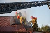 Myszków. Pożar domu przy ul. Wolności. Budynek gasiło 6 zastępów straży pożarnej. Zobacz ZDJĘCIA