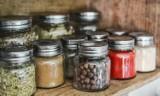 Jak zachować porządek w kuchni? Sposoby na zorganizowaną przestrzeń kuchenną