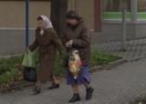 Moda na ulicach Limanowej. Stylizacje limanowian na zdjęciach z Google Street View