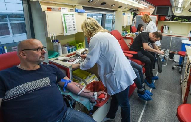 Liczba krwiodawców (na zdjęciu akcja pocztowców z początku zeszłego roku) jest mniej niż przed wybuchem pandemii.