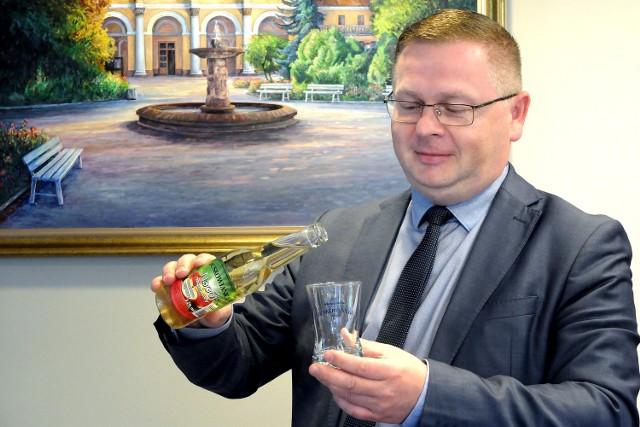 """Wojciech Legawiec, prezes zarządu """"Uzdrowisko Busko-Zdrój"""" S.A., każdy dzień w pracy zaczyna od szklanki schłodzonego napoju jabłkowo-miętowego BUSKOWIANKA."""