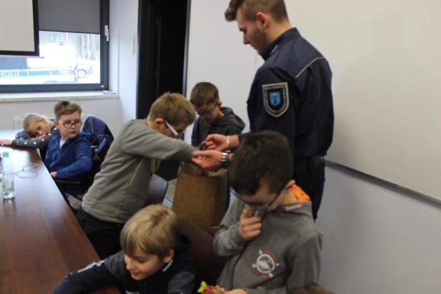 Uczniowie z ZSR CKU w Wojsławicach na praktykach w Komendzie Powiatowej Policji w Poddębicach