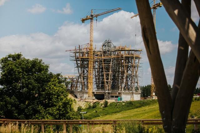 We wrześniu 2020 roku informowaliśmy Was o tym, że w Kurzętniku, niecałe półtorej godziny drogi od Torunia, powstanie ogromna wieża widokowa. To jedyna taka atrakcja w północnej części Polski. Budowa wieży właśnie dobiega końca. Niebawem będzie można ją odwiedzić. Czy są tu jacyś chętni?