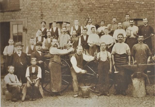 Pracownicy warsztatu kołodziejskiego na ul. Nowodworskiej w 1897 roku.