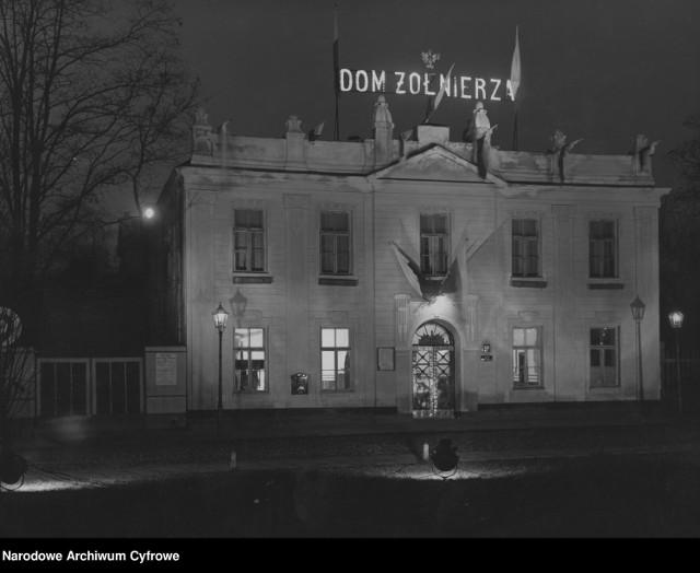 Widok zewnętrzny iluminowanego budynku Domu Żołnierza Polskiego w Warszawie w rocznicę niepodległości (1938 r.) (budynek znajdował się przy Parku Praskim; został zniszczony we wrześniu 1939 r.)