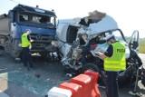 Wypadek na A1 pod Piotrkowem przy zjeździe na S8. Bus zderzył się z ciężarówką. 6 osób zostało rannych [ZDJĘCIA, FILM]