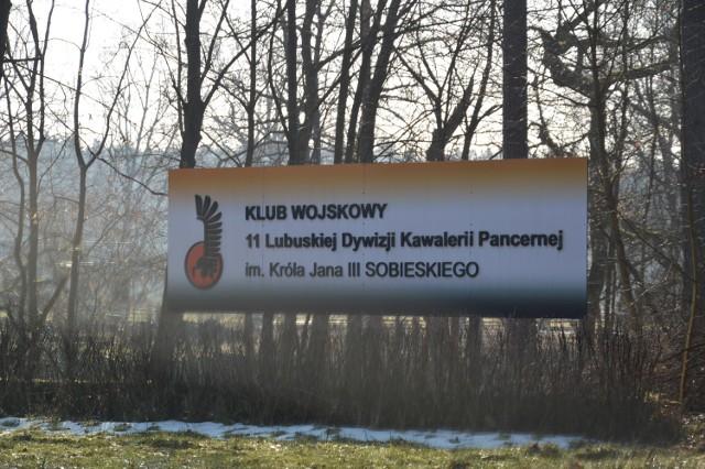 Remont klubu wojskowego przy ul. Żarskiej w Żaganiu idzie pełną parą i jeszcze w tym roku ma się zakończyć