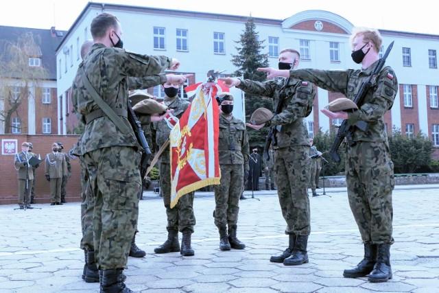 Na placu apelowym koszar przy ul. Dworcowej w Inowrocławiu przysięgę złożyło 42 żołnierzy Wojsk Obrony Terytorialnej