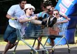 Wyścig wózkami z marketu i rzutokop klapkiem, czyli sport według studentów! [Zdjęcia]