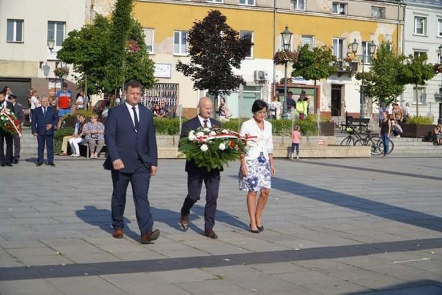 W niedzielę o godzinie 17 władze Grójca złożyły uroczyście kwiaty pod pomnikiem na Placu Wolności.