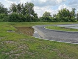 Woda, po deszczach, zalega na nowym parkingu w Chrzanowie, bo nie ma gdzie spływać