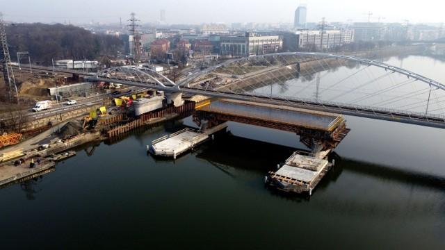 Trwa budowa drugiego nowego mostu kolejowego nad Wisłą.