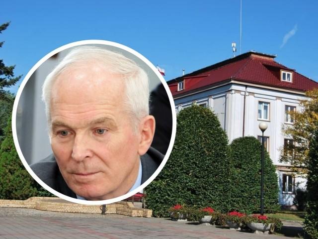 Jan Kowarowski ma 73 lata. W powiecie grudziądzkim w obecnie trwającej kadencji był radnym i członkiem zarządu pełniącym funkcję wicestarosty. Po orzeczeniu sądu lustracyjnego o tym, że złożone oświadczenie lustracyjne było niezgodne z prawdą, stracił mandat samorządowca