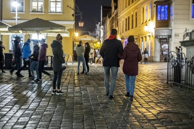 Poznań od soboty znalazł się w czerwonej strefie. Mieszkańcy miasta mimo to postanowili korzystać z uroków sobotniego wieczoru. Zgodnie z nowymi obostrzeniami restauracje mogą być otwarte do godz. 21.00. Tak wyglądał w sobotę Stary Rynek w Poznaniu.  Zobacz zdjęcia --->