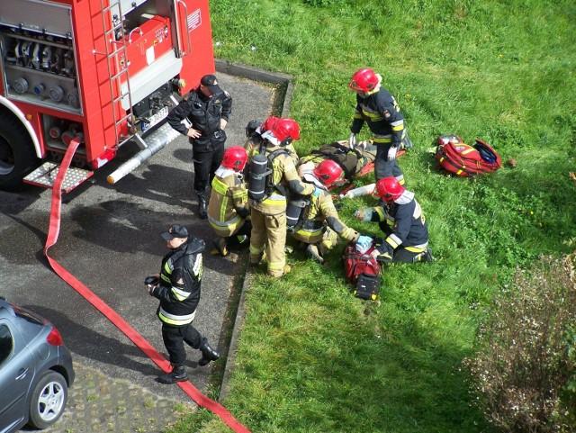 Strażacy z Piotrkowa ćwiczyli gaszenie pożaru w wieżowcu przy ul. Norwida. Będą też ćwiczenia przy ul. Dzielnej i Zamenhoffa