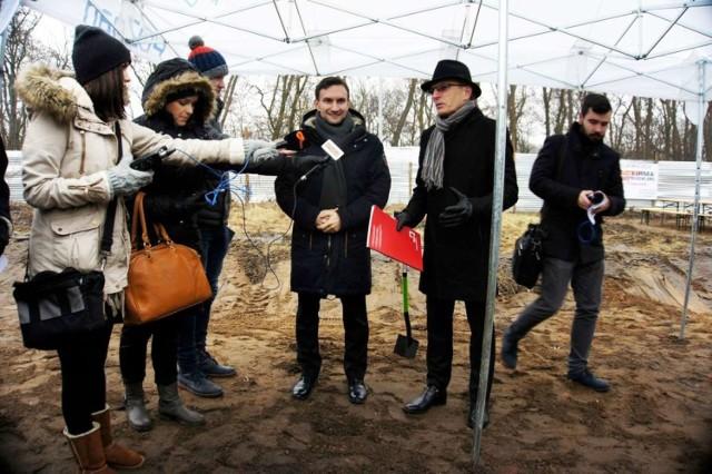 Wiceprezydent Tomasz Lewandowski oraz prezes ZKZL Arkadiusz Stasica cały czas szukają miejskich działek, gdzie mogłyby powstać nowe mieszkania komunalne.