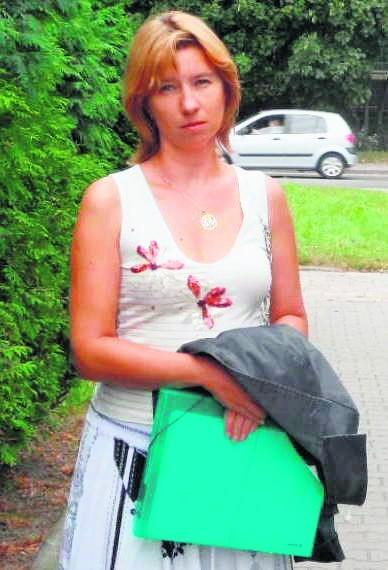 Beata Moroń, pielęgniarka z Wojewódzkiego Szpitala Specjalistycznego nr 1 w Tychach. Pracuje na etacie i zarabia miesięcznie 1800 zł netto.  Na tygodniowe wakacje musi pracować 26,5 dnia, czyli ponad miesiąc roboczy. Jak mówi, swój wakacyjny wypoczynek zawdzięcza wyłącznie zarobkom męża. Gdyby była singlem, jedynym wyjściem byłby wyjazd na kredyt.