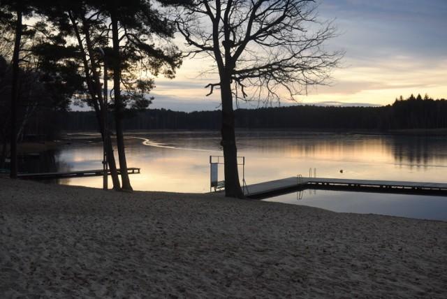 Popularne jezioro w gminie Dąbie liczy sobie 34,8 ha powierzchni. Latem to jedna z największych atrakcji turystycznych dla aktywnych, a zimą idealne miejsce na spacery i podziwianie pięknych krajobrazów.