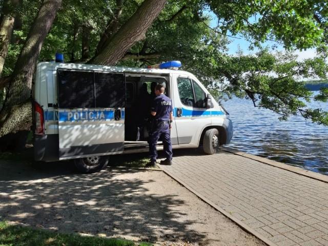 Policja ze Szczecinka zabezpiecza miejsce, w którym znaleziono niewybuch.