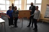 Kampania #dzielmysiedobrem. W Wejherowie przekazano komputery potrzebującym rodzinom