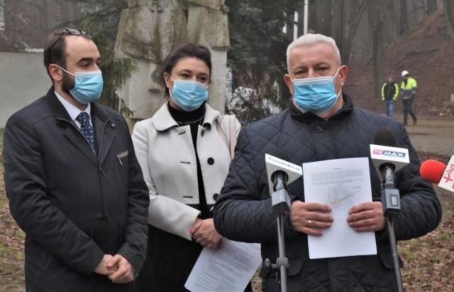 """Radna Żaneta Kwapisz oraz Błażej Papiernik (z lewej) i Marek Reinholz, przewodniczący Klubu Radnych """"Wspólny Koszalin"""""""