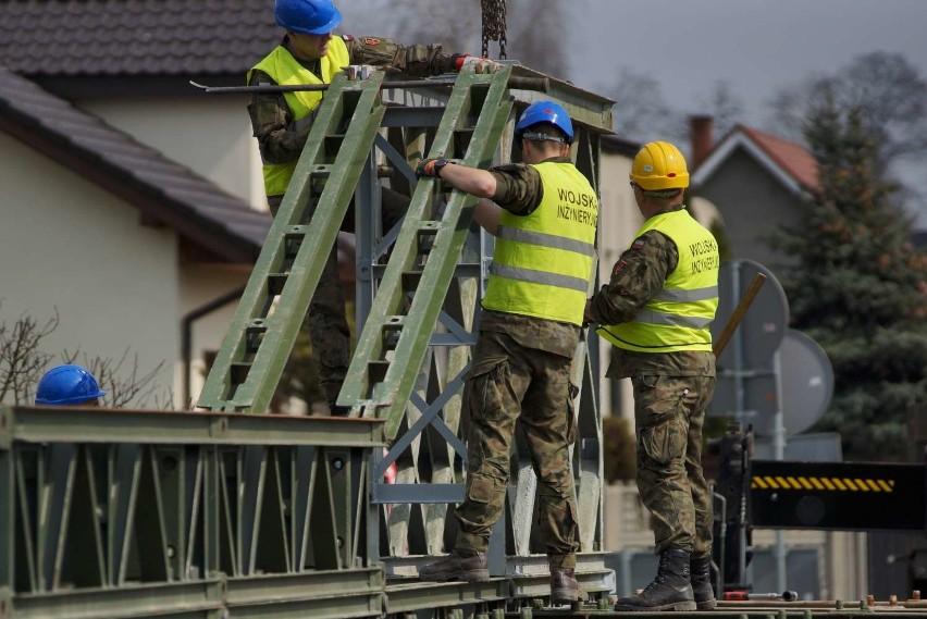 Wojsko w Kaliszu buduje tymczasowy most na Swędrni