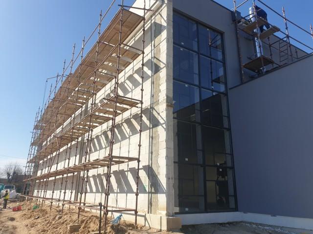 Na kolejnych zdjęciach: budowa sali w Gościeszynie (postęp prac), budowa drogi w Łaziskach oraz podpisanie umowy na budowę przedszkola w Rogowie