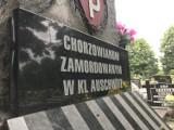 Urzędnicy z Chorzowa złożyli kwiaty na cmentarzu w Chorzowie Batorym. W ten sposób oddali hołd ofiarom obozów koncentracyjnych
