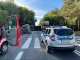Kamionna. Na drodze krajowej nr 24 w Kamionnie przewrócił się ciągnik razem z naczepą