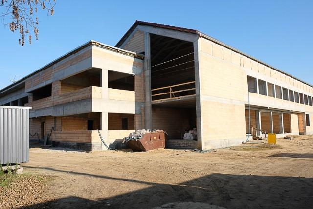 Budowa komendy dla strażaków w Żarach. Budynek przy ulicy Zielonogórskiej rośnie jak na drożdżach