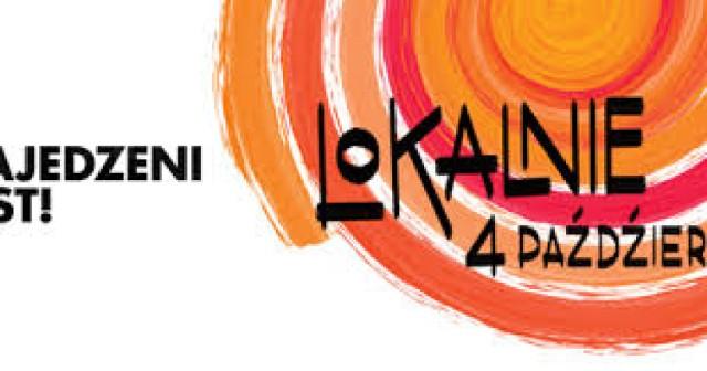 Forum Przestrzenie, ul. Konopnickiej 28   4 października 2015, 10.00-18.00  Festiwal kulinarny Najedzeni Fest! cyklicznie prezentuje najciekawsze inicjatywy kulinarne, w tym nowe restauracje i bary, warsztaty gotowania, wykłady. Otwarta formuła festiwalu pozwala integrować środowisko, tak, aby krakowska gastronomia tworzyła społeczność, jednocząc gotujących ponad podziałami, a konkurencja znaczyła tylko jedno: dobre, w tym wypadku lokalne, swojskie jedzenie.  Życzliwa i radosna atmosfera sprzyja powstawaniu nowych projektów, łączeniu idei i ludzi wokół stołu. Festiwal jest miejscem, w którym świetnie widać, jak wielu ludzi pasjonuje się gotowaniem, ile smaków kłębi się nie tylko w restauracjach czy barach, ale w każdej najmniejszej kuchni…  Październikowa odsłona imprezy nosi hasło Lokalnie.