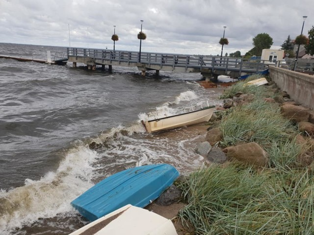 Wrześniowy sztorm na Zatoce Puckiej. W Rewie woda zatopiła część łódek i wypchnęła je na brzeg