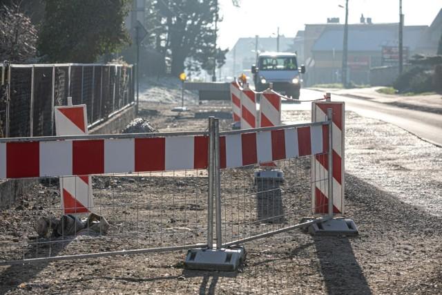 Radny Grzegorz Stawowy zwraca uwagę, że na przebudowywanej ul. Łokietka od trzech miesięcy nic się nie dzieje.