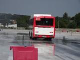 Kierowcy MPK już przygotowują się do zimy, ćwicząc na macie poślizgowej w Jędrzejowie