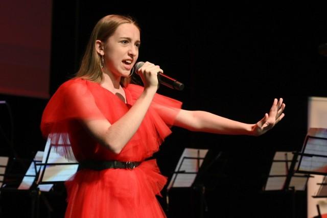 Jako pierwsza na scenie zaprezentowała się Zuzanna Bera zdobywczyni głównej nagrody GRAND PRIX podczas ostatniej edycji festiwalu.