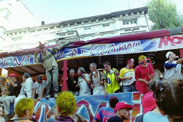 Około 25 tysięcy osób bawiło się w 2002 roku na ostatniej zorganizowanej w Łodzi Techno Paradzie. Przez 5 poprzednich edycji do Łodzi zjeżdżali miłośnicy muzyki techno i rave, swobodnego tańca i wolności z całej Polski i Europy.   ZOBACZ ZDJĘCIA