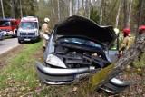 Wypadek w Dąbrówce Wielkiej. Samochód uderzy w drzewo. Zdjęcia czytelnika