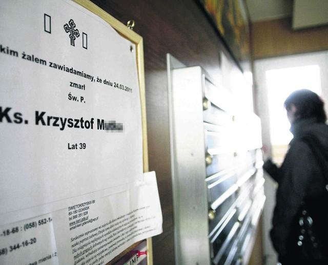 W bloku, w którym mieszkał ks. Krzysztof, na ścianie korytarza pojawiła się klepsydra żałobna