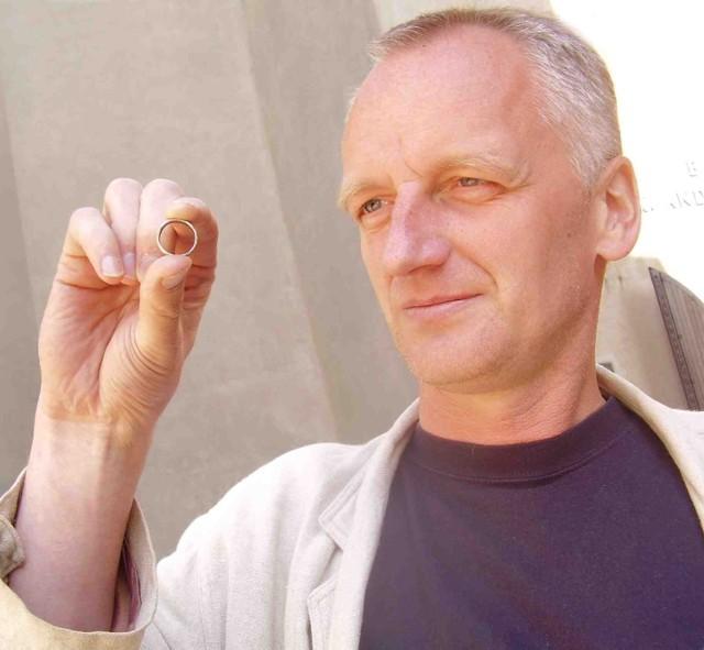 Jerzy Roś pokazuje niepozorną, srebrną obrączkę odkrytą w Olkuszu podczas prac archeologicznych przy Bazylice Mniejszej św. Andrzeja