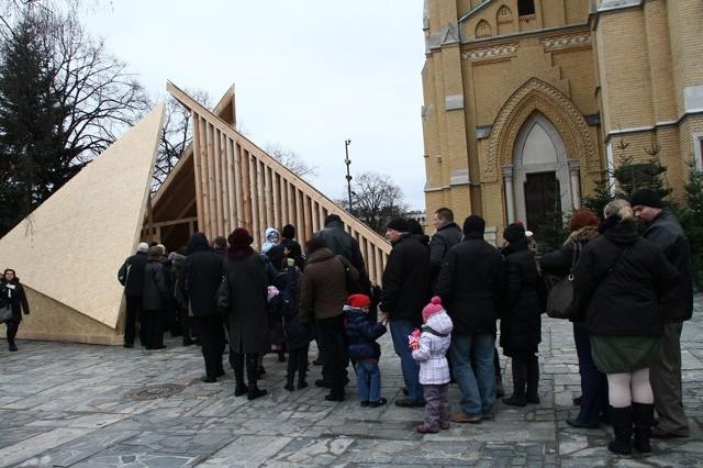 Tysiące osób postanowiło zobaczyć szopkę przed katedrą w Łodzi.