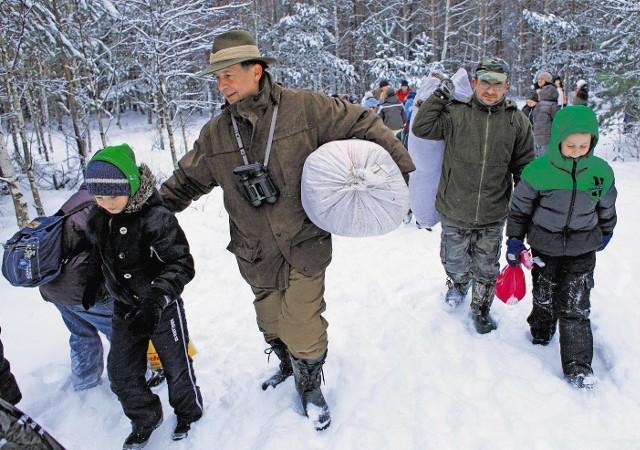 Jerzy Wachowiak (z lewej) chce, by dzieci uczyły się o lesie w... lesie
