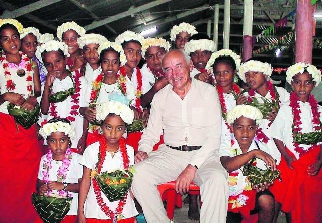 Na Wyspie Bożego Narodzenia Wojciech Dąbrowski spotkał dziewczyny w biało-czerwonych strojach. To jednak mieszkanki London, nie  Poland