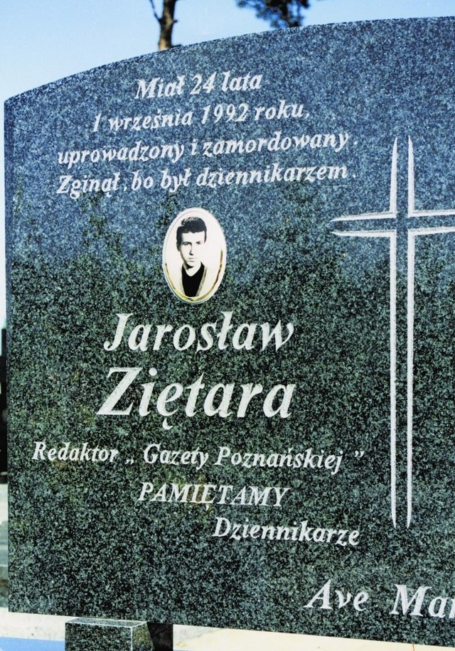 Jarosław Ziętara zajmował się m. in. aferami gospodarczymi. Symboliczny grób dziennikarza w Bydgoszczy