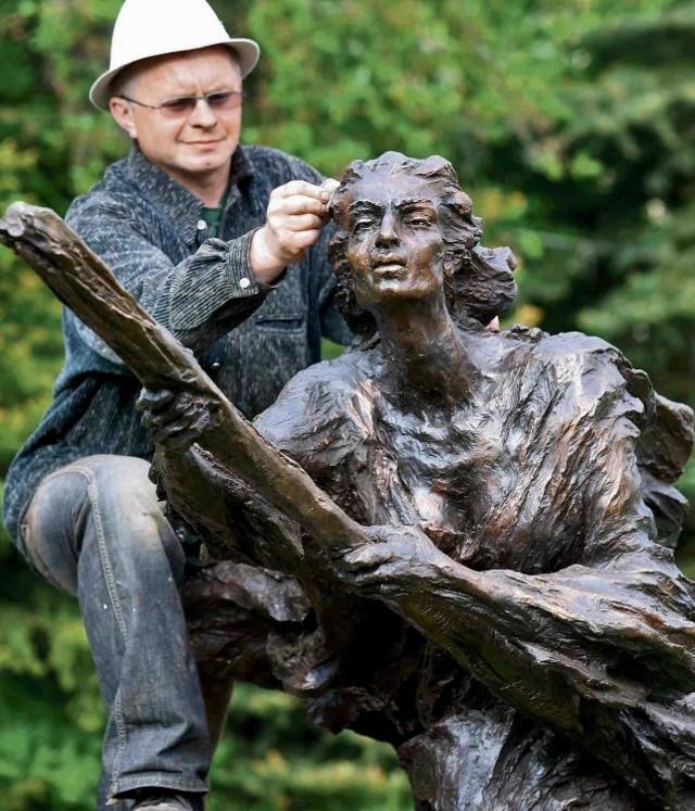 Rzeźbiarz Jacek Kiciński uważa, że pomnik czeladzkiej czarownicy upiększy miejski skwer