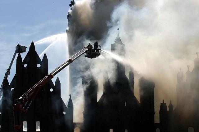 Zagrożoną zawaleniem wieżę kościoła uratowano, ocalał też carillon. Większość cennych zabytków strażacy wynieśli z zalanego wodą kościoła.