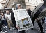 """Nietypowa """"moda"""" w Rzymie. Fotografują się z papierowym papieżem"""